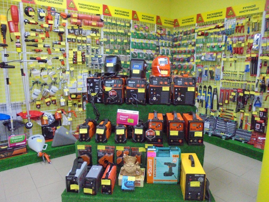 Сварочные аппараты и маски на ветрине магазина 220 вольт в городе смоленск.