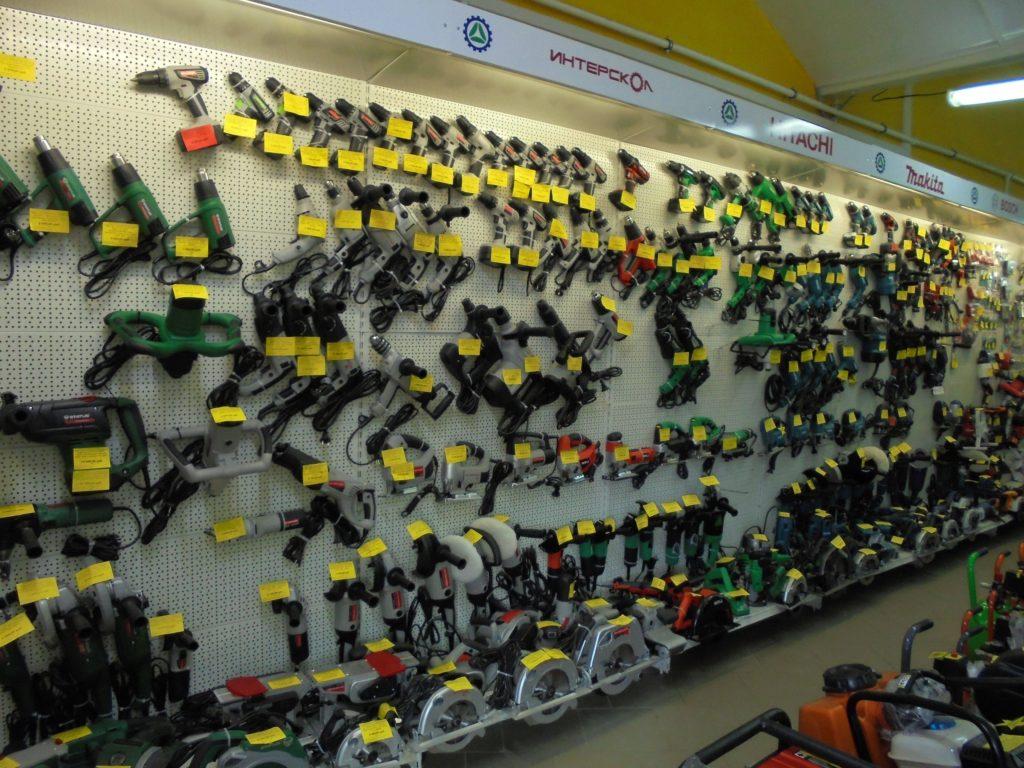 Дрели, шуруповерты,электролобзики, шлифовальные машины болгарки на витрине магазина. Все это можно купить в смоленске в городе мастеров